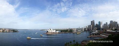 Opera House i ciutat de Sydney vistos des del Harbour Bridge.