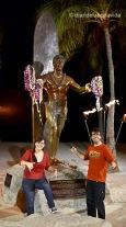"""Junto a la famosa escultura de Duke Kahanamoku """"The Big Kahuna"""". Waikiki, Honolulu"""