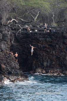 Los más valientes no dudan en saltar des de The End of the World. Big Island