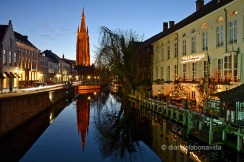Canal de Bruges amb l'Onze Lieve Vrouwekerk (església de Nostra Senyora) al fons