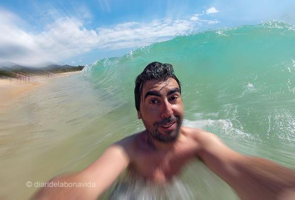 A punt de ser engolit per les onades!!!