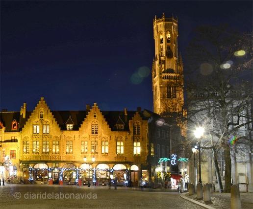 Belfort vist des de la plaça Burg