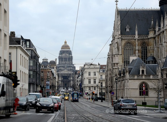 Palau de Justícia vist des de la Rue de la Régence