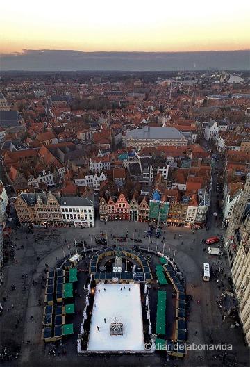 Grote Markt amb la pista de gel i el Mercat de Nadal i vistes de la ciutat