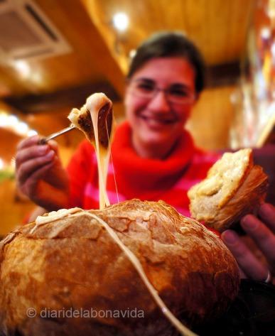 Probamos la fondue de queso dentro de un pan de payés