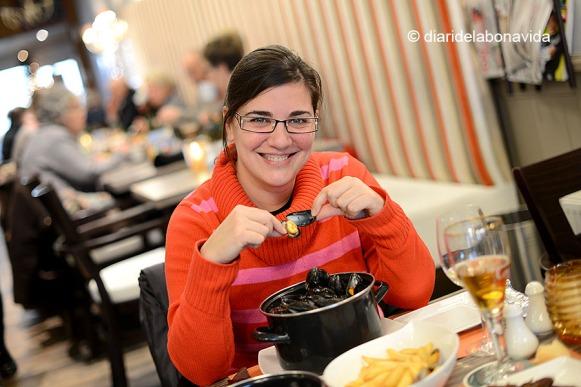 Tastant un bon plat de musclos amb patates