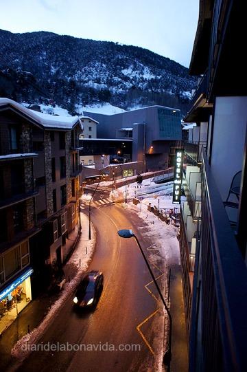 Des de l'hotel es pot veure el lloc d'on surten les telecadires per pujar a pistes (edifici gris del fons)