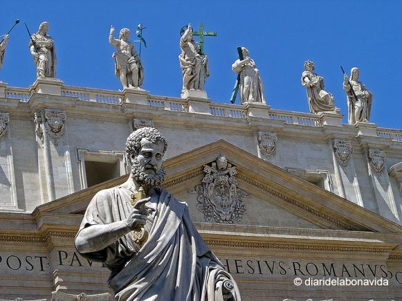 Escultura de San Pedro y el resto de apóstoles