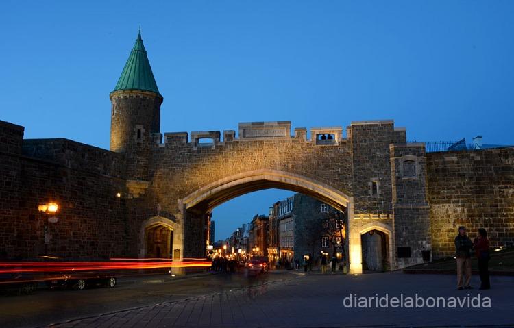 Las murallas envuelven el Vieux-Québec. Puerta Saint-Jean