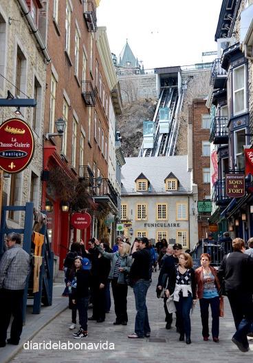 El funicular es visible desde la Rue Sous-le-Fort