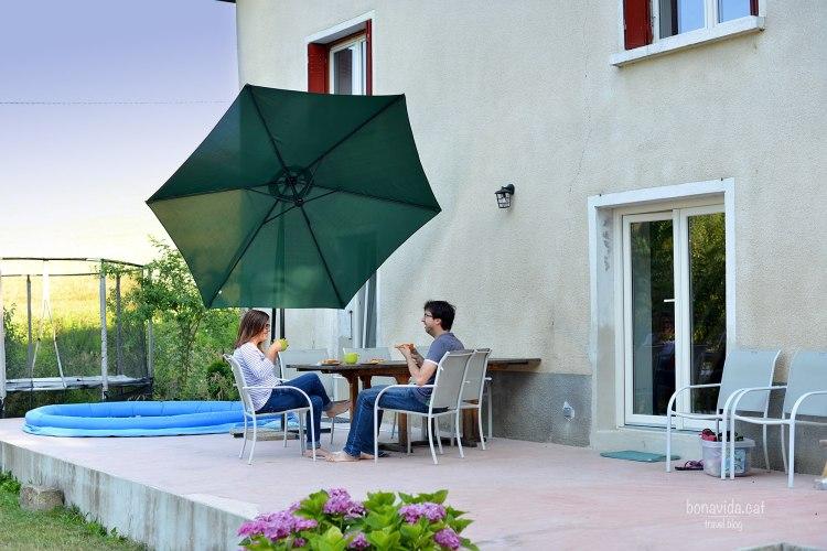 Descansando en la casa intercambiada en los Alpes franceses