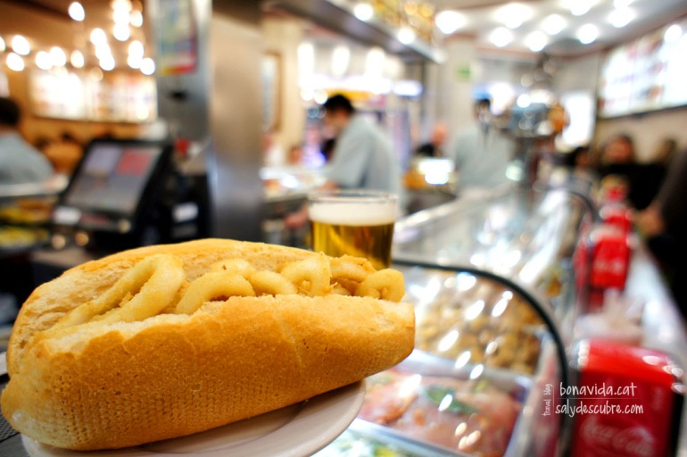 El popular bocadillo de calamares con su caña correspondiente