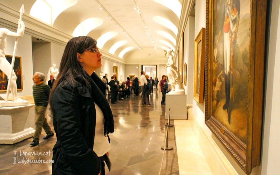 Admirando alguna de las obras del Prado