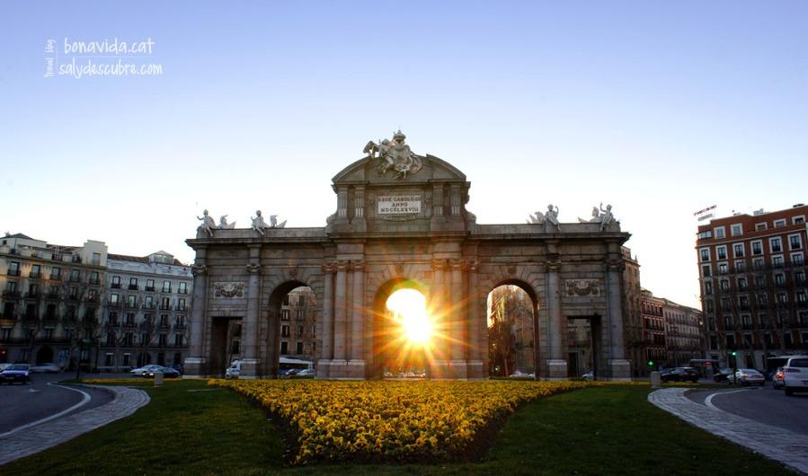 Ahi está viendo pasar el tiempo... Puerta de Alcalá